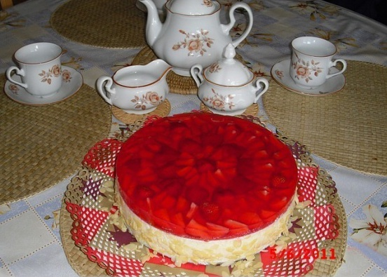 Nepečený tvarohovo-jahodový dort