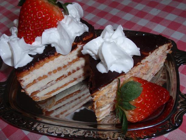 Jahodovo-tvarohový dezert z máslových sušenek