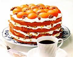 Šlehačkový dort s meruňkami a ořechy
